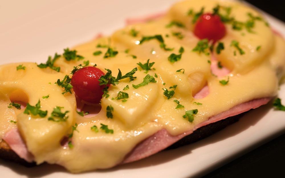 Mit Käse überbackenes Brot