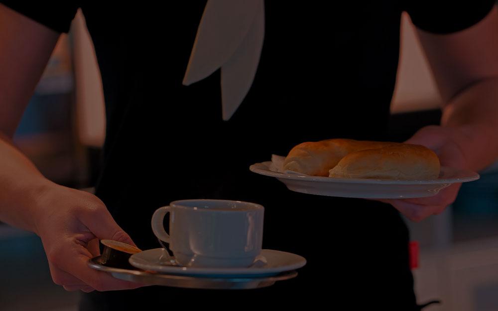Servicekraft Aushilfe mit Kafeetasse und Teller abgedunkelt