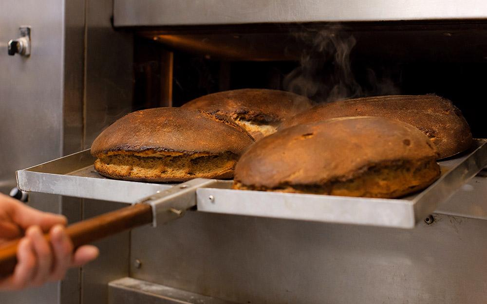 Frisch gebackene Brote auf dem Backblech